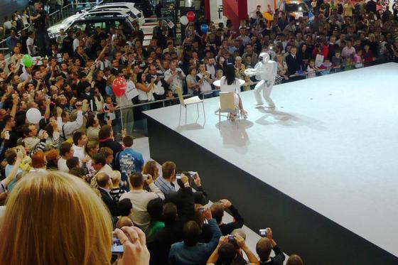 Робот ASIMO на Московской Международной Автомобильной Выставке MIAS-2008